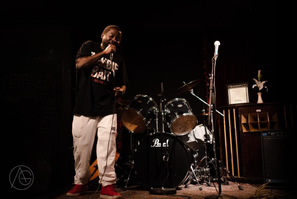 Man på scen som rappar.